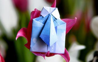 Geldscheine falten Hemd mit Krawatte